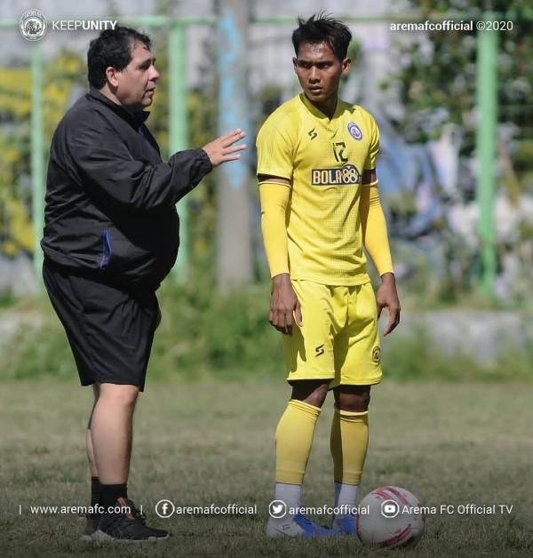 Carlos Oliveira saat memimpin latihan Arema (official Arema FC)