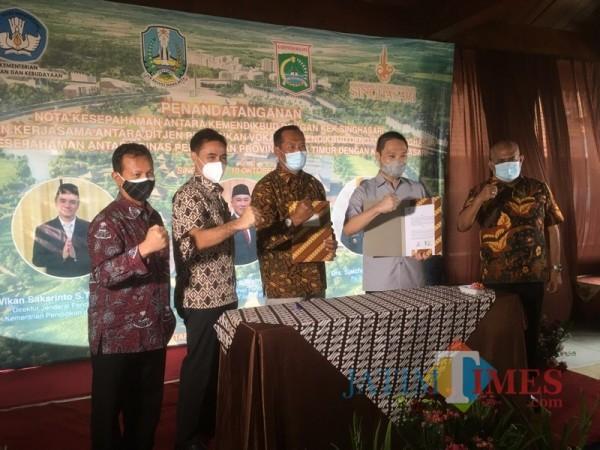Ditjen pendidikan Vokasi, Kemendikbud, Wikan Sakarinto (dua dari kiri) saat penandatanganan MoU dengan KEK Singhasari (Foto : Ashaq Lupito / MalangTIMES)