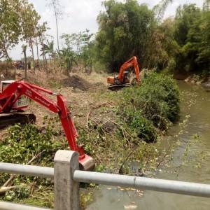 Antisipasi Banjir di Musim Penghujan, Dinas PUPR Jombang Mulai Lakukan Normalisasi Sungai