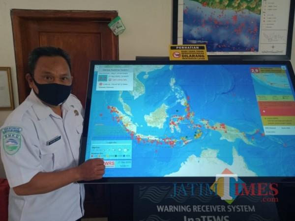 Kepala Stasiun BMKG Geofisika Malang, Musripan saat menunjukkan alat pendeteksi gempa dan tsunami di kantornya. (Foto: Dok. JatimTimes)