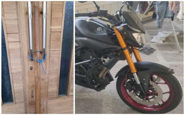 Pintu rumah korban yang nampak ditali oleh pelaku pencurian dan motor korban yang dicuri (Ist)