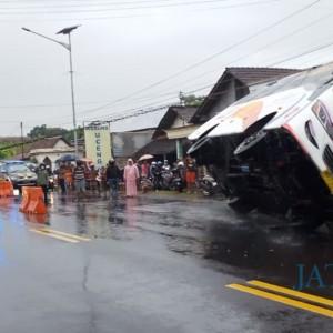 Angkut 9 Penumpang,  Bagong Terguling  setelah Gagal Salip Pikap