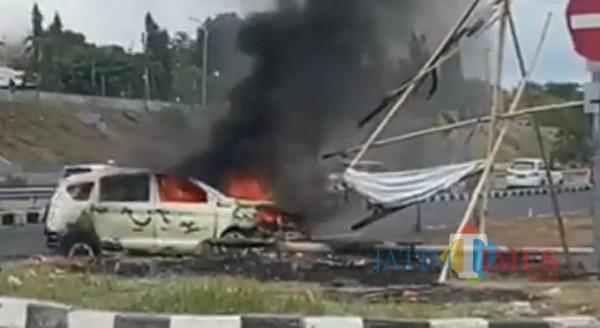 Tampak, mobil Ertiga hangus terbakar di akses Suramadu sisi Madura (foto/istimewa)