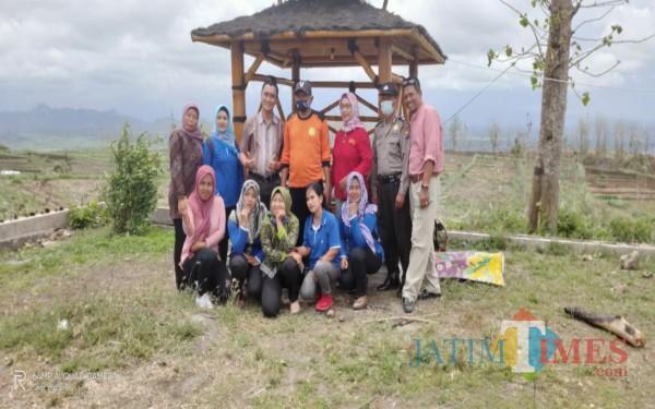 Warga Demuk Pucanglaban melakukan serangkaian penghijauan di wilayah Tandus untuk di rubah jadi kawasan wisata / Foto : Istimewa / Tulungagung TIMES