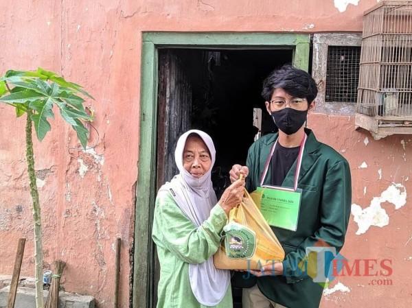 PKKMB di Tengah Pandemi, Mahasiswa Baru Unisba Blitar Bagikan Ribuan Paket Sembako
