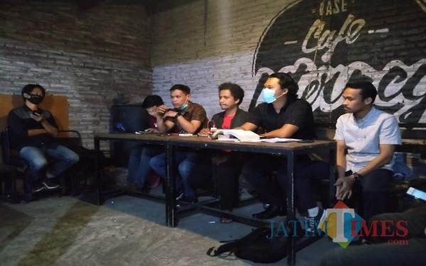 Aliansi Malang Melawan dan tim Bantuan Hukum Malang Bersatu saat konferensi pers (Anggara Sudiongko/MalangTIMES)
