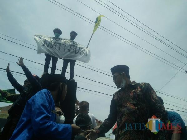 Ketua DPRD Probolinggo, Andi Suryanto (Batik) ketika menemui masa Aksi. (Foto:Mabrur/Probolinggotimes)