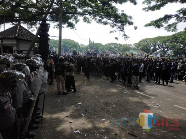 Sampah Demo Tolak UU Cipta Kerja di Kota Malang  Capai 5 Ton