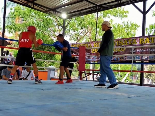 Peserta tinju sedang sparring di atas ring/ Foto Muklas JatimTimes
