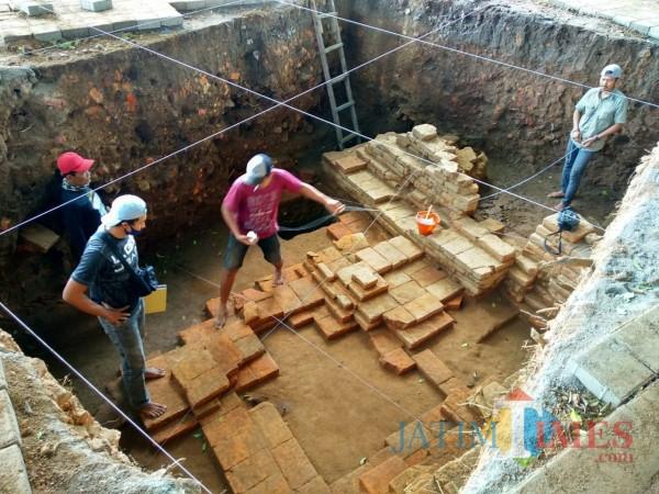 BPCB Jatim melakukan ekskavasi Candi Gedog.(Foto : Malik Naharul/BlitarTIMES)