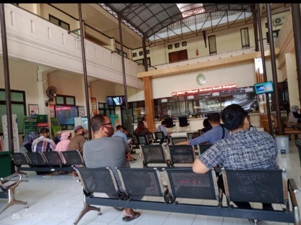 Belasan warga masyarakat di loket antrean pendaftaran Pengadilan Agama Kabupaten Madiun