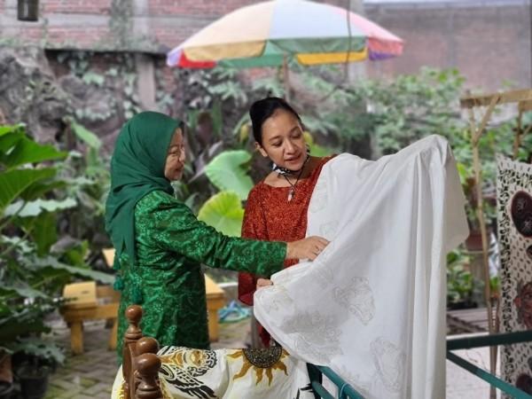 Calon Bupati Malang, Lathifah Shohib (baju hijau) saat melihat koleksi batik yang ada di Rumah Seni Budaya Singhasari. (Foto: Dok. Malang Bangkit)