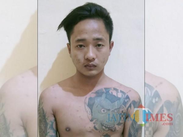 Edo Emiliano Diaz pelaku penusukan yang sudah diamankan di Mapolsek Balung (foto: istimewa/ Jatim TIMES)