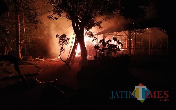Kebakaran di desa Trenceng Kecamatan Sumbergempol / Foto : Anang Basso / Tulungagung TIMES