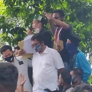 Ribuan Demonstran Tolak Omnibus Law di DPRD Banyuwangi, Polisi Undang Kepala Sekolah Pantau Anak Didiknya