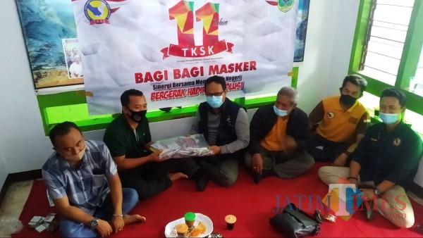 Rayakan HUT ke-11, TKSK Bondowoso Bagikan 1.111 Masker