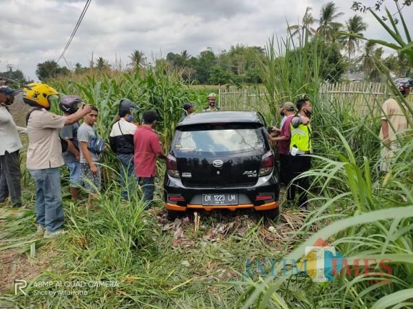 Mobil Ayla yang tertabrak Kereta Api Sri Tanjung di Jember. (foto : istimewa / Jatim TIMES)