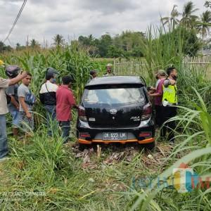 Mobil Berpenumpang Bayi 9 Bulan Ditabrak Kereta, Terlempar ke Semak-Semak