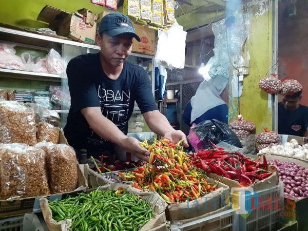 Pedagang di Pasar Besar Kota Malang saat melayani pembeli. (Arifina Cahyanti Firdausi/MalangTIMES).