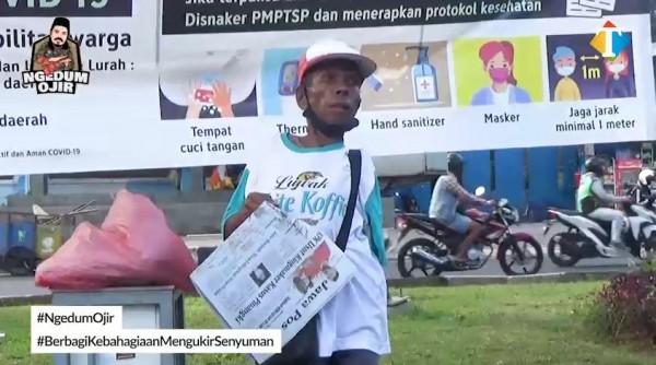 Penderita difabel penjual koran yang menerima bantuan JatimTIMES Ngedum Ojir (Foto: YouTube JatimTIMES)
