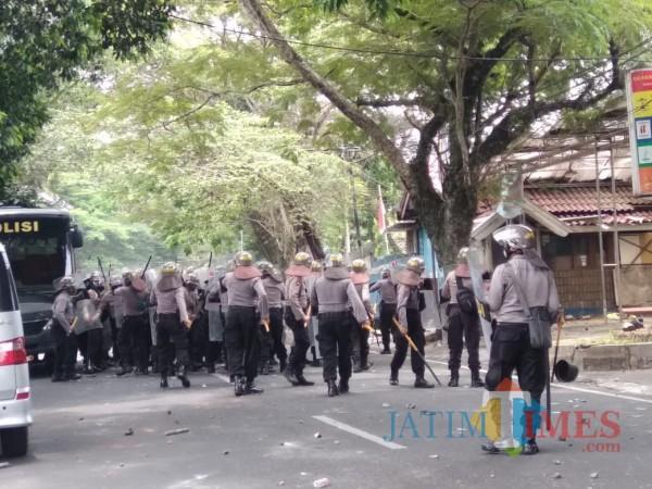 Petugas kepolisian Polresta Malang Kota saat berupaya memukul mundur massa agar menyudahi aksi anarkis (Doc MalangTIMES)