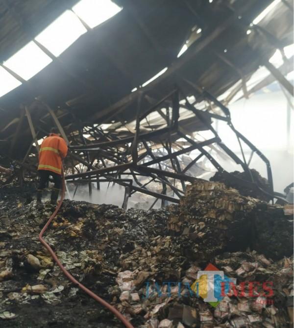 Petugas saat berupaya memadamkan kebakaran yang terjadi di Kabupaten Malang (Foto : PPK Kabupaten Malang for MalangTIMES)