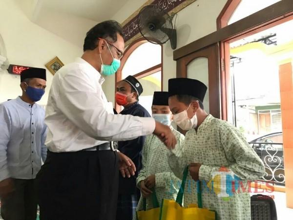 Rektor UIN Malang, Prof Dr Abdul Haris MAg saat memberikan bantuan kepada siswa TPQ di sekitar kampus 3 FKIK UIN Malang. (Foto: Ima/MalangTIMES)