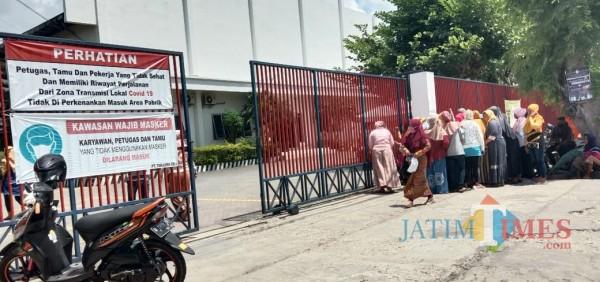 Sejumlah karyawan mulai memadati pintu masuk PT Tanjung Odi Sumenep. (Foto: Ist/JatimTIMES)