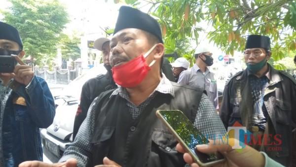 Tampak, Moh Anwar salah satu warga Desa Pocong, saat diwawancarai (foto/istimewa)