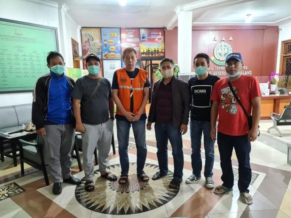 Tim Kejaksaan Negeri Kota Malang yang melakukan penangkapan DPO Kejari Karanganyar (Ist)