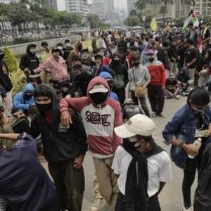 Massa Nekat Jebol Kawat Blokade, Polisi Tembak Gas Air Mata hingga Tangkap Sejumlah Orang