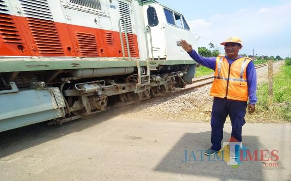 Matukin, relawan tanpa bayaran yang selalu menjaga perlintasan kereta api (Foto : Anang Basso / Tulungagung TIMES)