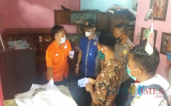 Petugas saat melalukan olah TKP di warung tempat Subiyatmoko meninggal dunia / Foto : Dokpol / Tulungagung TIMES