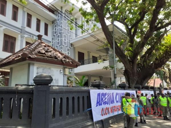 Suasana area depan gedung DPRD Kota Malang jelang adanya aksi susulan tolak UU Cipta Kerja. (Arifina Cahyanti Firdausi/MalangTIMES).