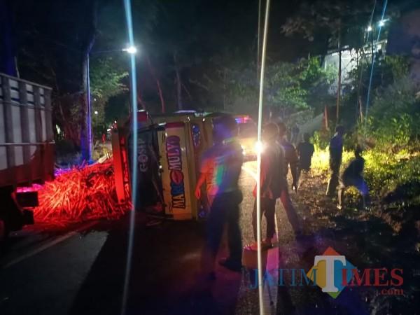 Polisi mengevakuasi truk muatan tebu yang terguling di jalur Blitar-Malang