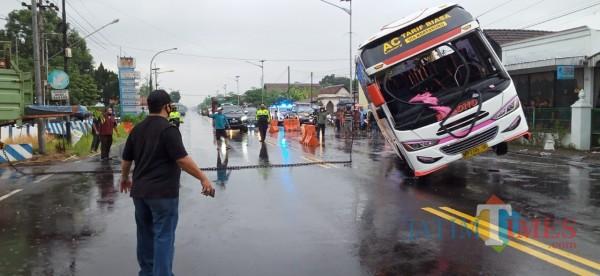 Proses evakuasi bus Bagong yang terguling (Joko Pramono for Jatim TIMES)