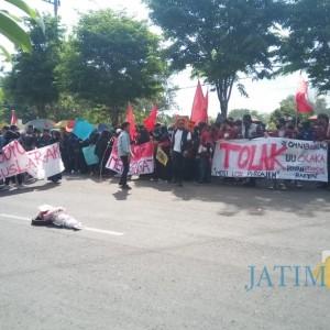 Usai Tutup Suramadu dengan Garam, Pendemo Kini Geser di Depan DPRD Bangkalan