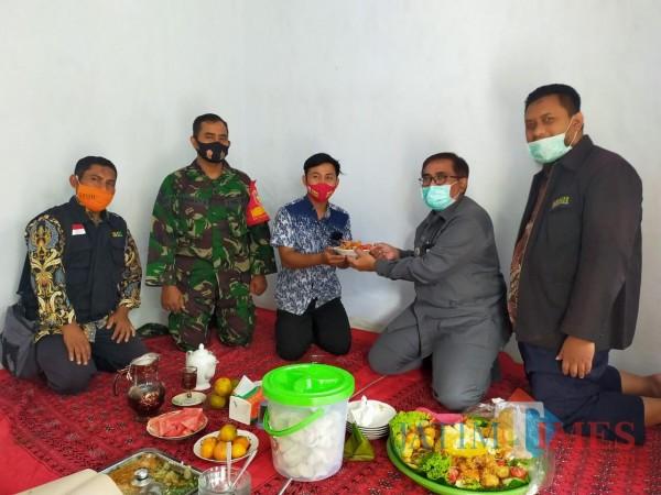 (Dari kanan) Manajer BMH Jatim Gerai Malang Sony Abdul Karim, Camat Singosari Heri Krisyanto, penerima bantuan bernama M. Wahid,  dan  babinsa Wonorejo Serka Rahmad. (Ist)