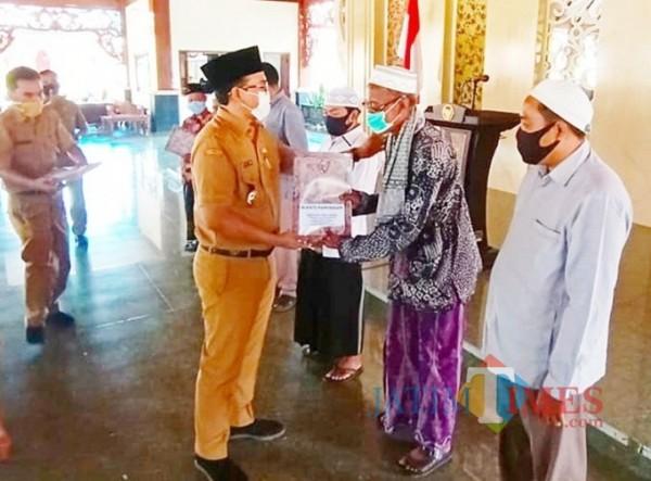 Bupati Pamekasan Serahkan Bantuan Dana Hibah untuk Masjid Hingga Pondok Pesantren