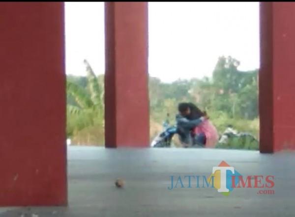 Hasil screnshoot dari video pasangan muda-mudi yang ciuman dan pelukan di area luar Stadion Gelora Madura Ratu Pamelingan Pamekasan, Rabu (14/10/2020)