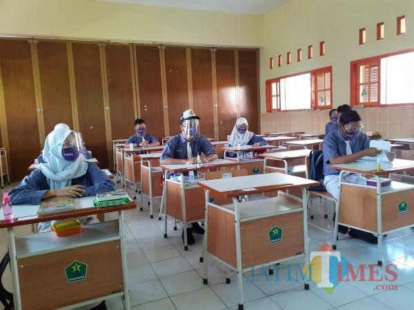 Siswa SMP saat mengikuti pembelajaran di dalam kelas di salah satu sekolah di Kota Malang. (Arifina Cahyanti Firdausi/MalangTIMES).
