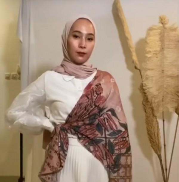 Outfit dengan hinan scarf senagai item fashion penunjang. (Foto: Instagram @dewi_melki).