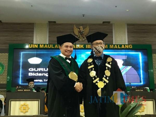 Guru besar bidang ilmu hukum Prof Dr H Saifullah SH MHum (kiri) dikukuhkan oleh Rektor UIN Malang Prof Dr Abdul Haris MAg. (Foto: Ima/MalangTIMES)