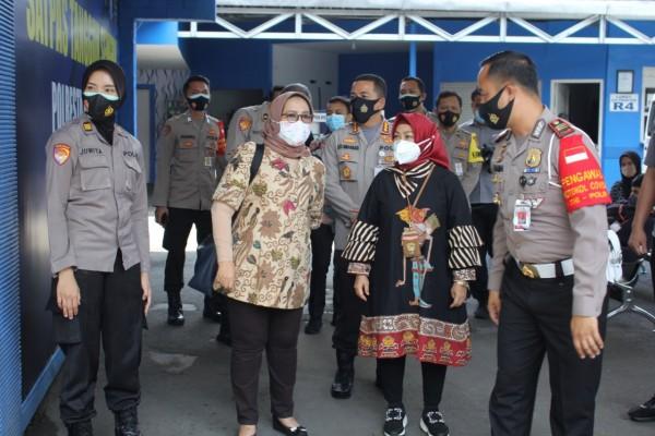 Deputi Bidang Pelayanan Publik Kemenpan RB saat meninjau Satpas SIM Polresta Malang Kota (Humas Polresta Malang Kota)