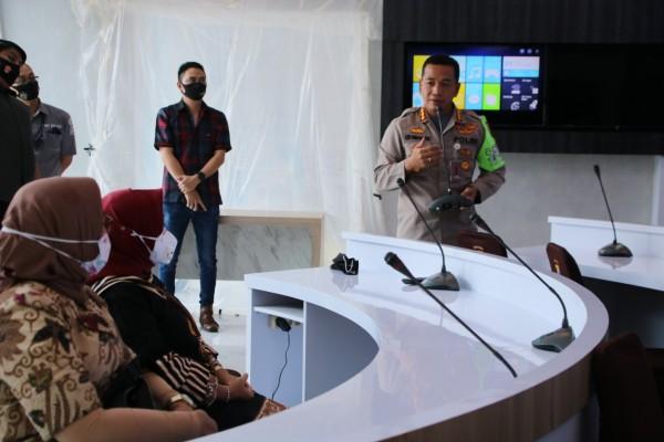 Kombes Pol Leonardus Simarmata menjelaskan pelayanan di Polresta Malang Kota kepada Kemenpan RB (Humas Polresta Malang Kota)