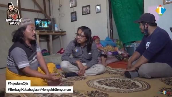 Pemulung dengan tujuh anak (Foto: YouTube JatimTIMES)