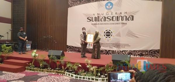 Muna Masyari, Penulis Buku asal Kabupaten Pamekasan, Madura saat menerima piagam penghargaan Anugerah Sutasoma dari dari Balai Bahasa Jawa Timur.