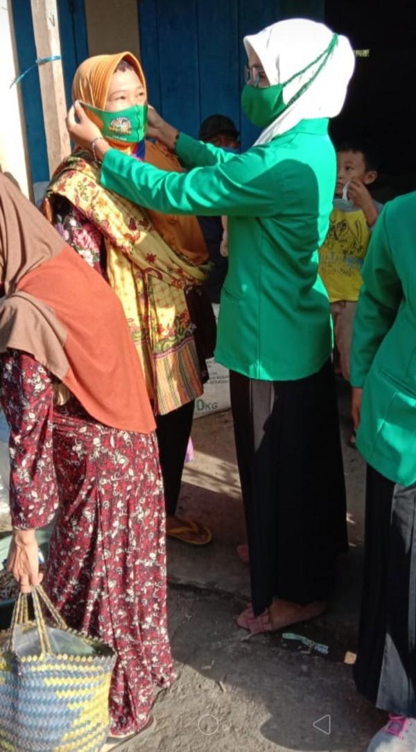 Pengurus fatayat NU kecamatan Gemarang sedang membagikan masker dalam memperingati hari Santri