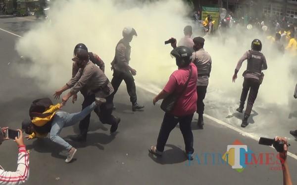 Polisi bubarkan aksi mahasiswa di depan kampus Undar Jombang. (Foto: Adi Rosul/JombangTIMES)