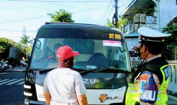Sosialiasi Lewat Stiker, Polisi Ingin Warga Tak Lupa Pakai Masker